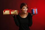 Bellissima ragazza sorridente mostra due pacchi regalo