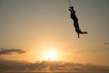 Volador de Papantla vuela a lo alto del sol.