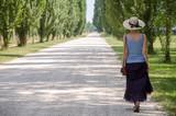 Ragazza con il cappello che cammina nel parco
