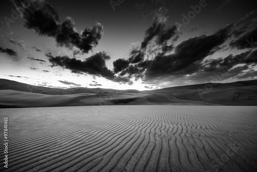 Czarno-biały krajobraz pustyni