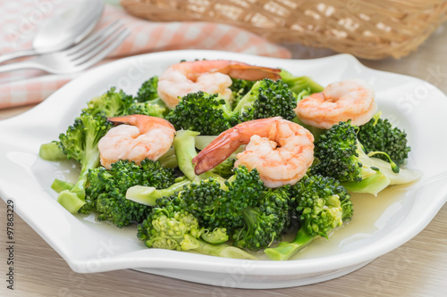 "Stir fried broccoli with shrimp on plate"" Fotos de archivo e ..."