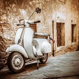 Włoski Scooter w Grungy Alley, Vintage Nastrój