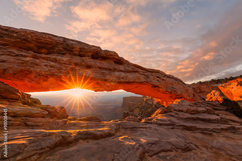 Fotobehang Bruin Sunrise at Mesa Arch Canyonlands N.P.
