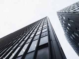 Architektura detal nowoczesną szklaną fasadą budynku czarno-białe