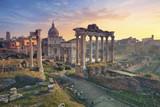 Forum Romanum. Obraz Forum rzymskiego w Rzymie, Włochy podczas wschodu słońca.