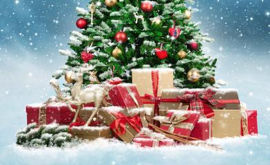 foto geschm ckter weihnachtsbaum mit geschenken im schnee. Black Bedroom Furniture Sets. Home Design Ideas