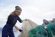 donna pescatore ispezione reti da pesca