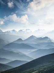Góry w czasie porannej mgły