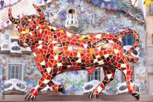 Poster bunter spanischer Stier mit Hintergrund