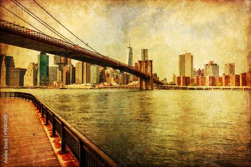 nostalgisch texturiertes Bild der Brooklyn Brücke mit Blick auf Manhattan, NYC