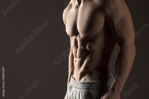 Poster Muscular male torso on a gray background