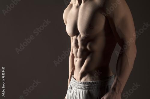 Torse masculin musculaire sur un fond gris Poster