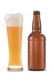 Garrafa e copo de cerveja gelada com gotas