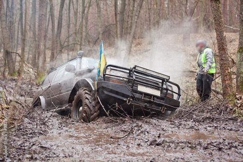 obraz PCV Jeep pulls the car out of the mud