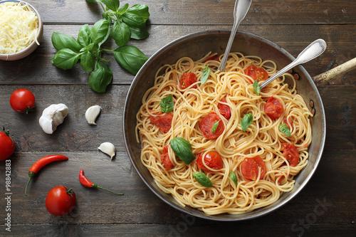 Poster vista dall'alto Pasta italiana spaghetti con pomodoro fresco su sfondo legno rus