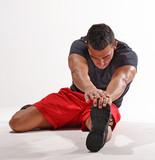 Atleta estirando,calentando los musculos, ejercitando.