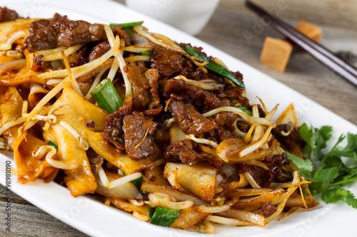 Póster Carne picante china y plato de verduras en la placa