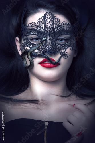 sch ne frau mit blauen augen maske und schlange maskenball stockfotos und lizenzfreie bilder. Black Bedroom Furniture Sets. Home Design Ideas