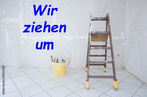 text wir ziehen um geschrieben auf einer wand stockfotos und lizenzfreie bilder auf fotolia. Black Bedroom Furniture Sets. Home Design Ideas
