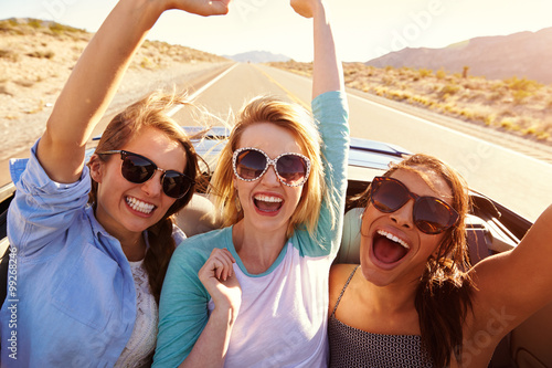 mata magnetyczna Three Female Friends On Road Trip In Back Of Convertible Car
