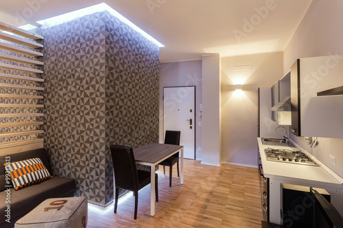 Piccolo monolocale con cucina a vista su soggiorno ristrutturato con stile e gusto