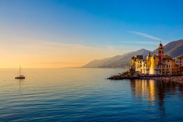 Morza Śródziemnego na wschód, stare miasteczka i jacht-