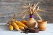 �атюрморт: �тарый ржавый наве�ной замок, глин�на� по�уда и кукуруза на дерев�нном �толе