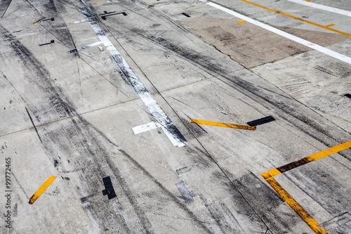 Foto op Plexiglas F1 Reifenspuren auf dem Asphalt einer Rennstrecke