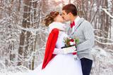 Fototapety Зимняя свадьба. Красивая молодая пара в лесу.