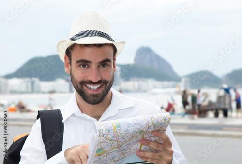 Lachender Tourist mit Landkarte in Rio
