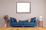 Leerer Bilderrahmen an Wand über Sofa