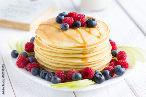 Foto: Stack of Sweet Pancakes with Fresh Blueberry, Raspberry, Apple ...