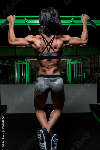 Nowoczesny obraz na płótnie Color image of woman working out in the gym with weights