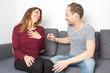 Leinwanddruck Bild - Mann macht einer Frau ein Kompliment