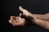 Mani con il palmo aperto verso l