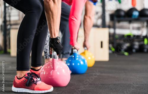 fototapeta na ścianę Gruppe beim functional Fitness Training mit Kettlebell im Sport Studio