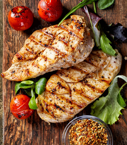 obraz PCV Grilled chicken fillets