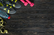 Detaily fotografie sport fitness items on dark wooden background