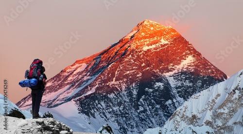 Mount Everest z doliny Gokyo z turystą
