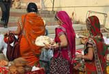 Inde, femmes indiennes au marché à Varanasi