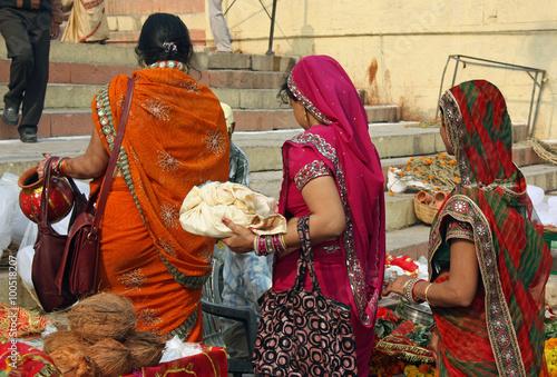 Poster Inde, femmes indiennes au marché à Varanasi