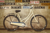 Vintage rower pani w starej fabryce