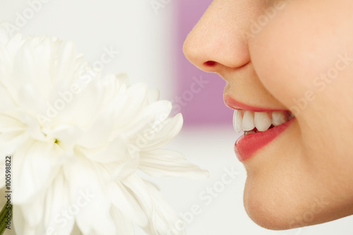 Poster, Tablou Smelling flower
