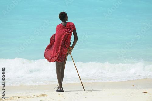 Zanzibar spiaggia con ragazzo Masai