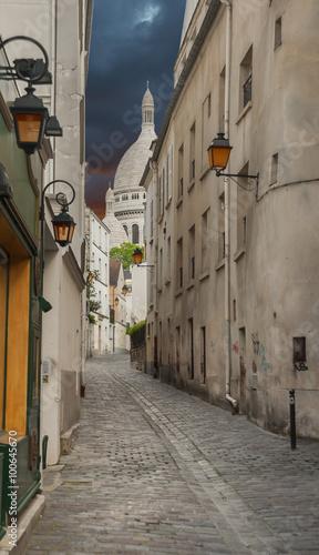 waska-sredniowieczna-ulica-blisko-montmartre-paryz-francja