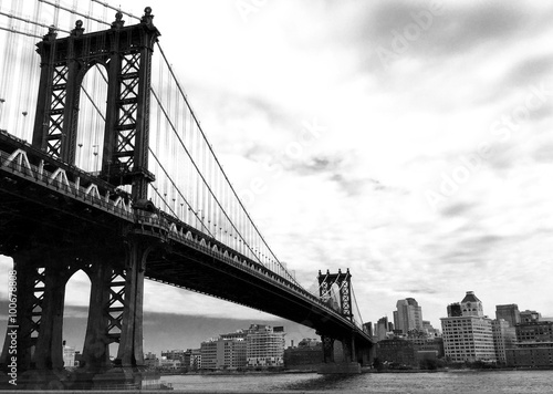 manhattan bridge and the city in black and white style Plakát