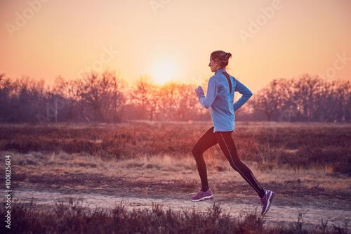 Valokuva ragazza atletica si allena all'aperto su terra di sera