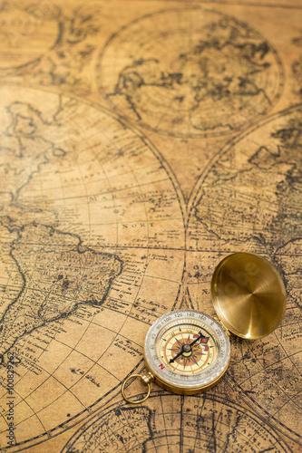 stary-kompas-na-vintage-mapie