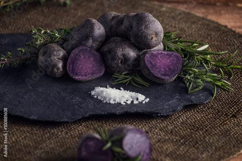 Vitelotte mit Salz, Thymian und Rosmarin Poster