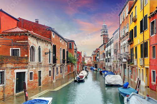 Plakát, Obraz Venice mezník, průplav, barevné domy a lodě, Itálie